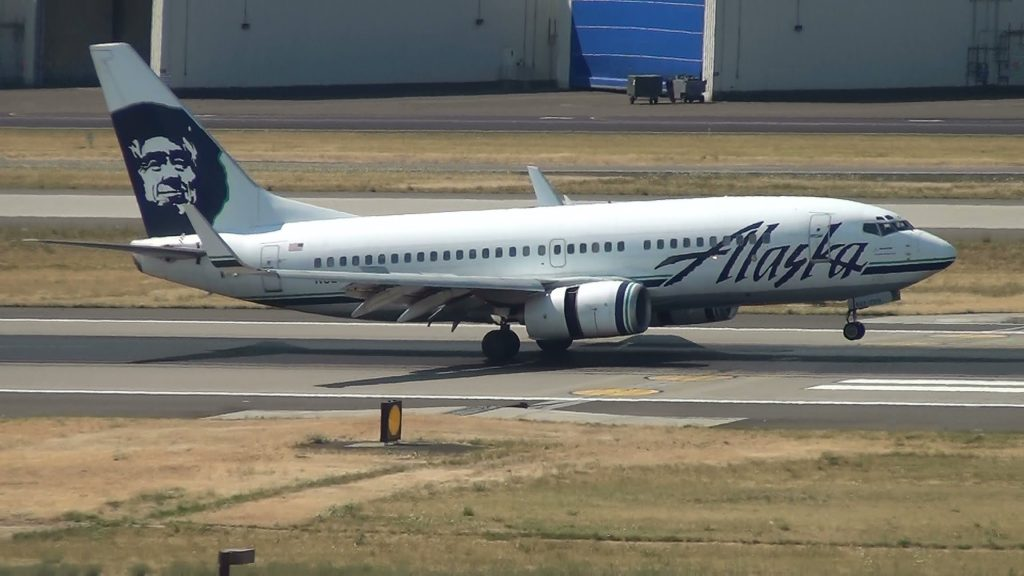 Alaska Airlines 737-700 [N627AS] Landing Portland Airport (PDX)