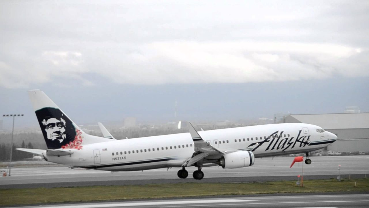 Alaska Airlines Boeing 737-800 Hawaiian Lei Tail [N537AS] lands in Anchorage