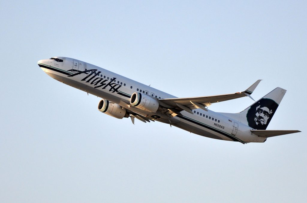 Alaska Airlines Boeing 737-800 N528AS taking off from LAX