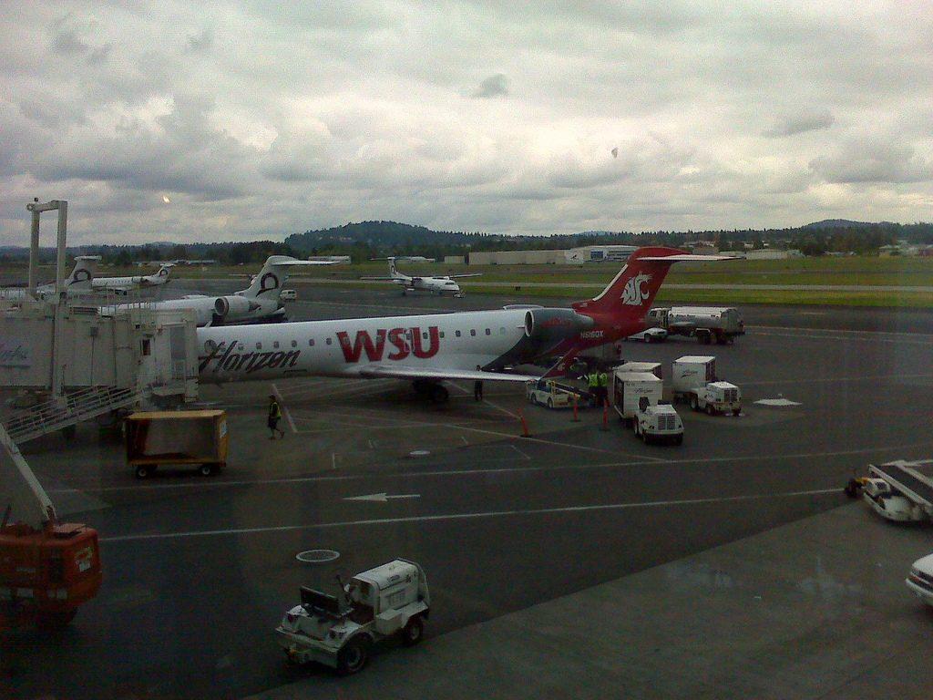 Alaska Airlines (Horizon) Turboprop Fleet Bombardier Dash 8-Q400 Washington State University Cougars Special Livery