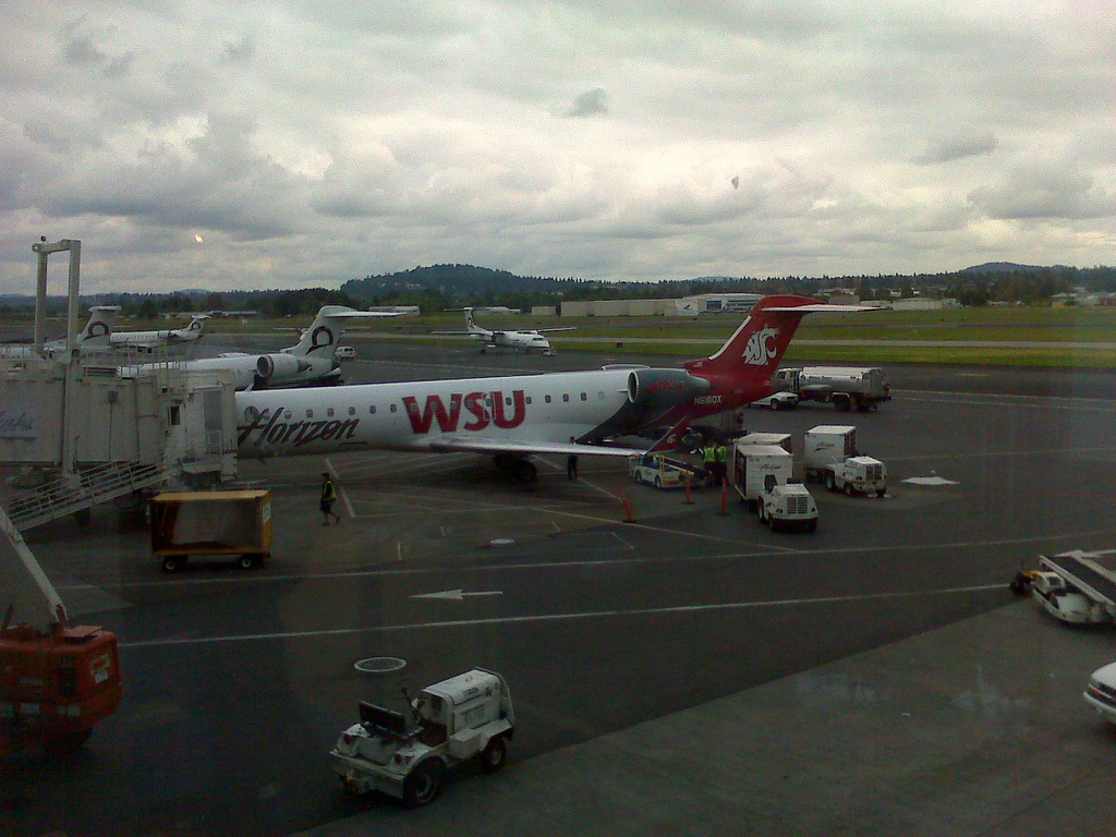 Alaska Airlines (Horizon) Turboprop Fleet Bombardier Dash 8-Q400 Washington State University Cougars Special Livery