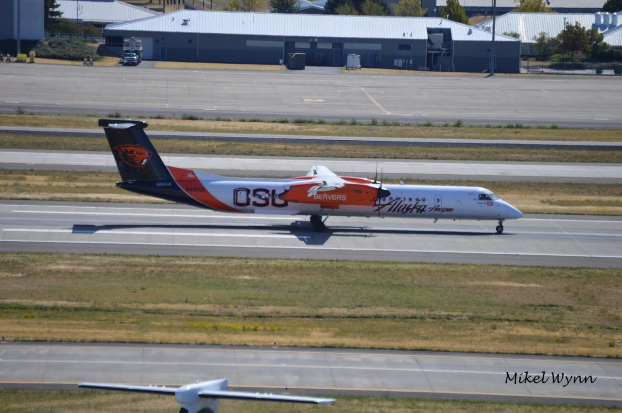 Alaska Fleet Horizon Air Bombardier DHC-8-402 Dash 8 Q400 (N440QX) Oregon State University Beavers special livery arriving on 28L @Mikel Wynn