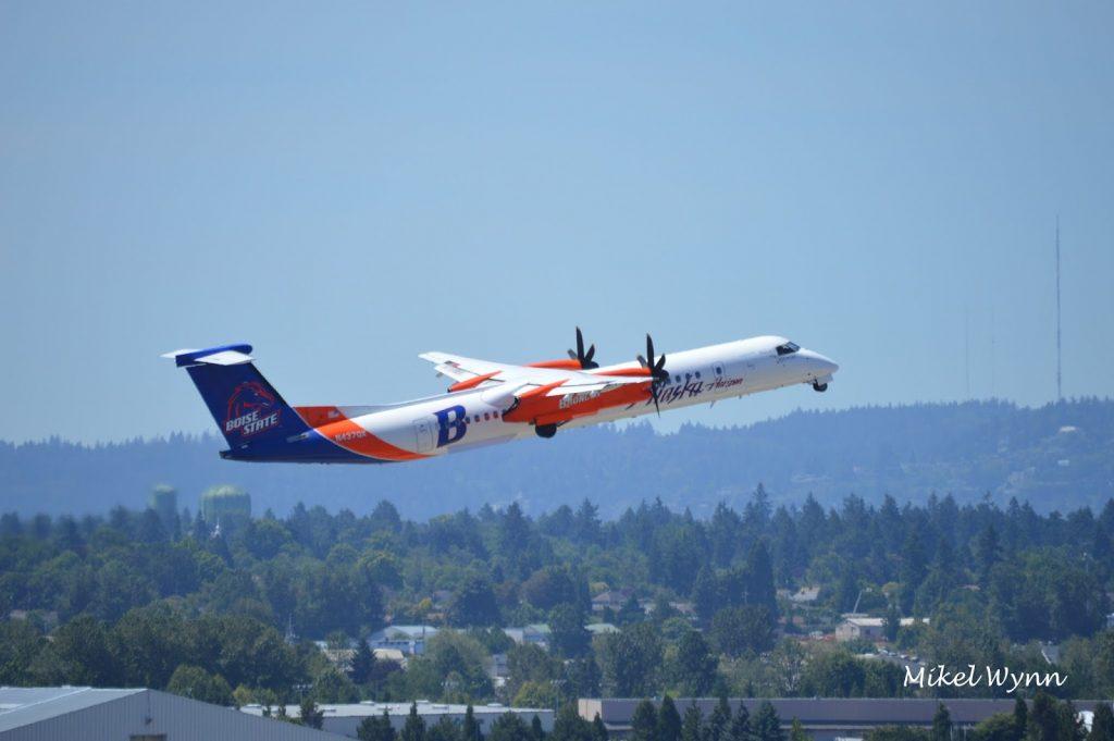 Alaska Horizon Air Bombardier DHC-8-402 Dash 8 Q400 (N437QX) in Boise State University Broncos colors climbing away @Mikel Wynn
