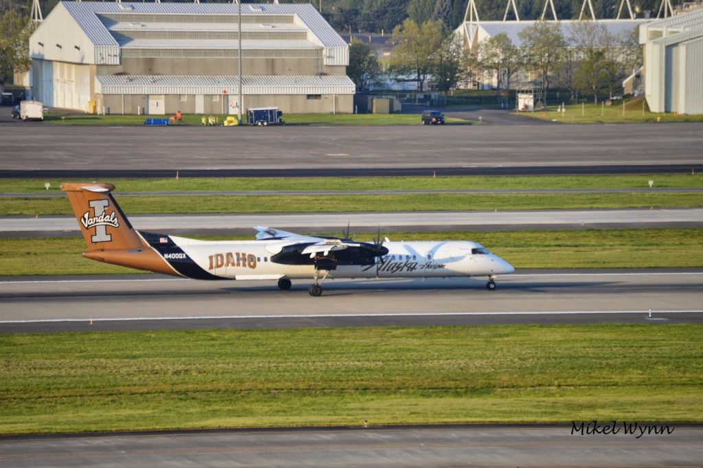 Alaska Horizon Air Bombardier Dash 8 DHC-8-401 Q400 (N400QX) in University of Idaho Vandals livery slowing down upon arrival on 28L @Mikel Wynn