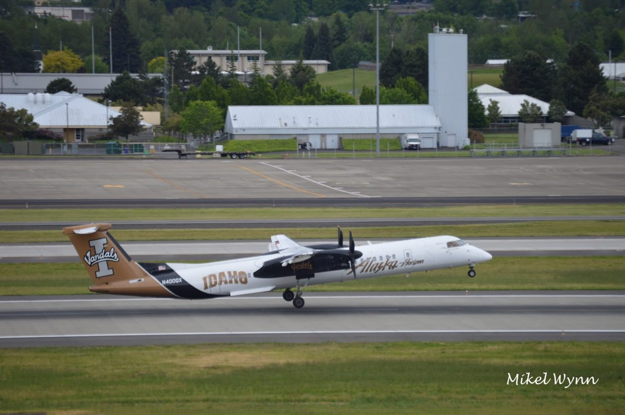Alaska Horizon Air Bombardier Dash 8 DHC-8-402 Q400 (N400QX) sporting the University of Idaho Vandals livery rotating off 28L on departure @Mikel Wynn