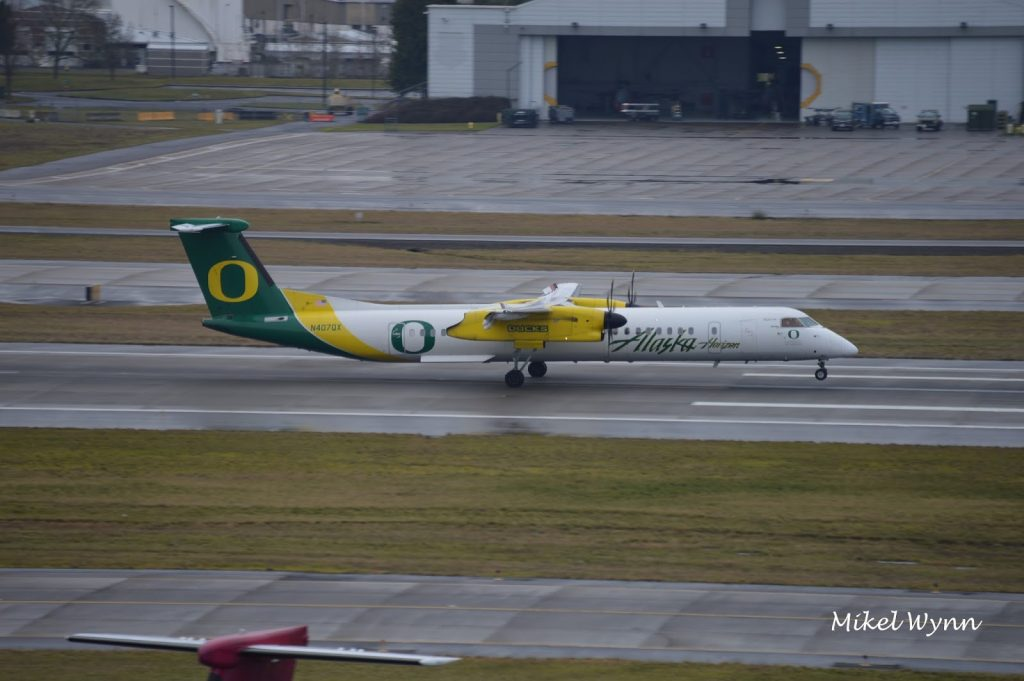 Alaska Horizon Air Fleet Bombardier Dash 8-Q400 University of Oregon Ducks Special Livery @Mikel Wynn