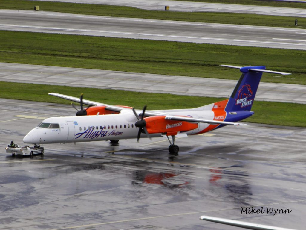Alaska Horizon Air's Bombardier DHC-8-402 Dash 8 Q400 (N437QX) in Boise State University Broncos colors @Mikel Wynn