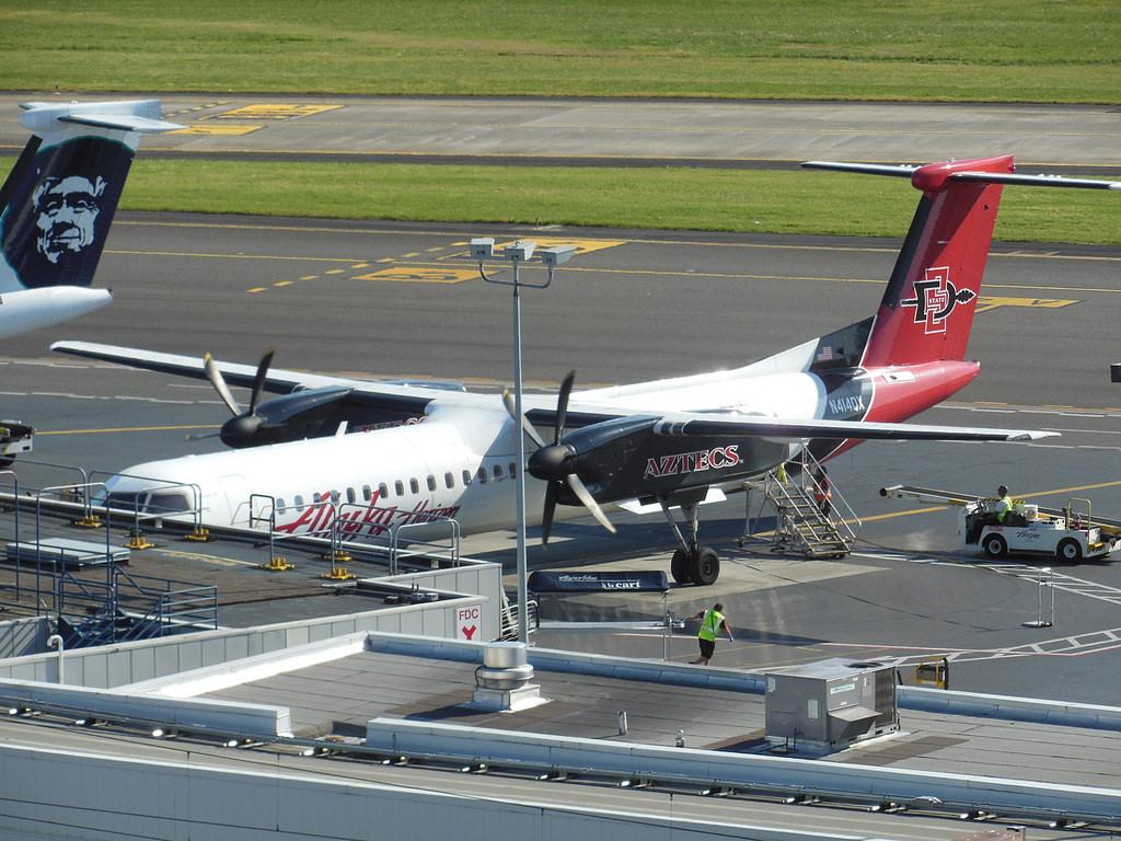 Alaska Horizon Arlines SDSU Aztecs Special Livery painting (N414QX) Bombardier Dash 8-Q400 Boarding