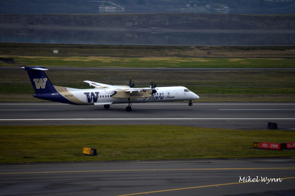 Horizon Air (d:b:a Alaska Airlines) Bombardier DHC-8-402 Dash 8 Q400 (N435) in the University of Washington Huskies livery departing on 10L as QXE2018 @Mikel Wynn