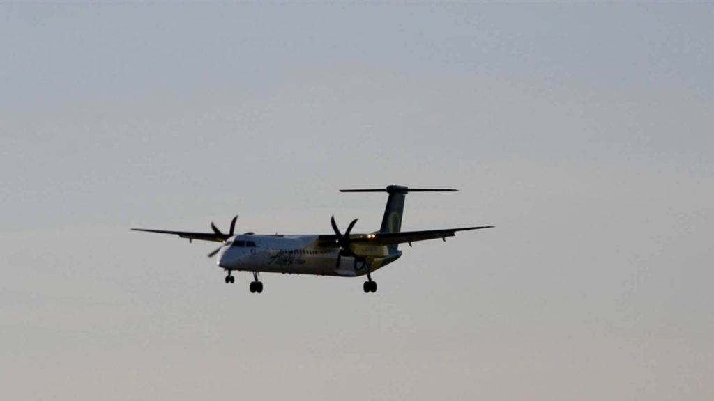OREGON DUCKS! Alaska:Horizon Bombardier Dash 8-400 [N407QX] lands in Portland