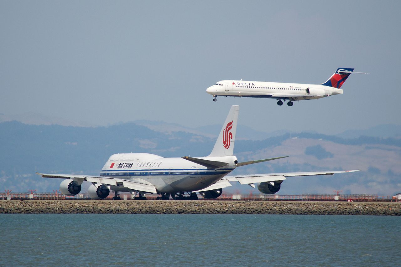 Air China Boeing 747-800 B-2482 waiting Delta Air Lines Boeing 717-200 YDSC 1672 landing