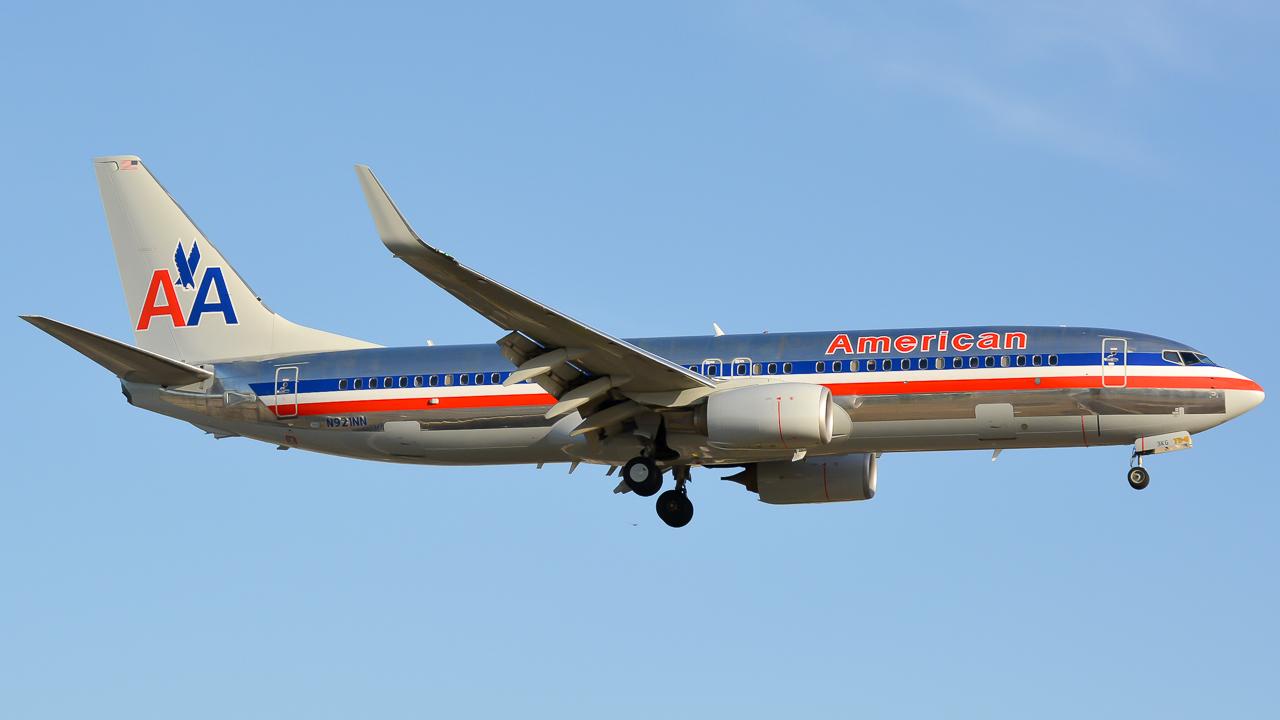 American Airlines Boeing 737-800 N921NN landing at John Wayne Airport