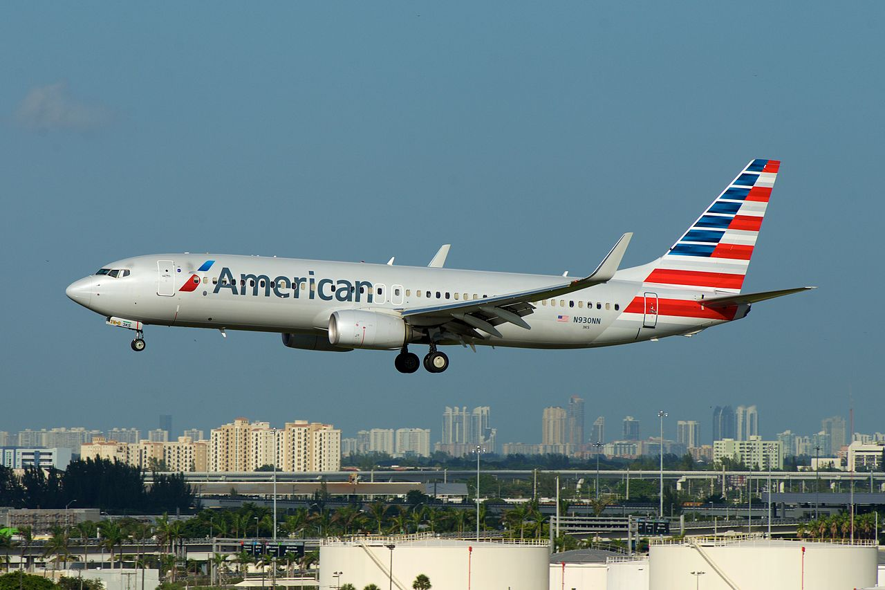 American Airlines Boeing 737-800 N930NN Short Final, MIA