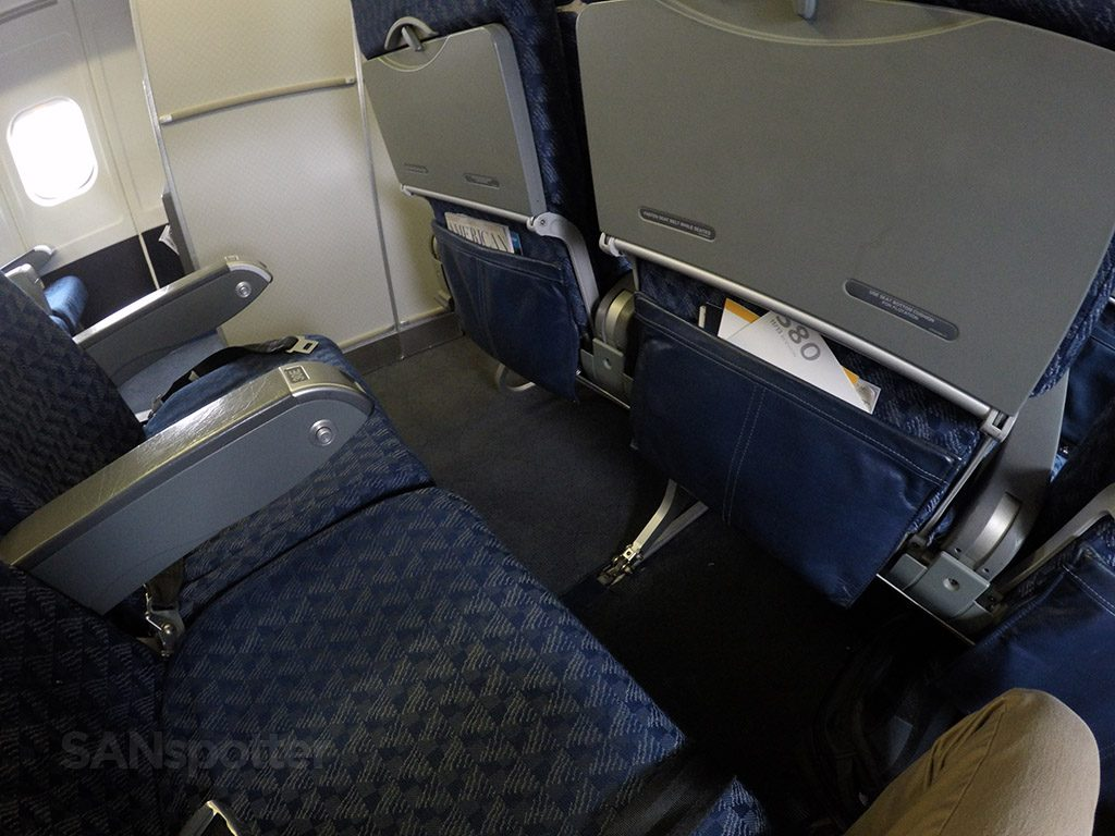 American Airlines McDonnell Douglas MD-80 (MD83) Main Cabin Seats Pitch Photos @SANspotter