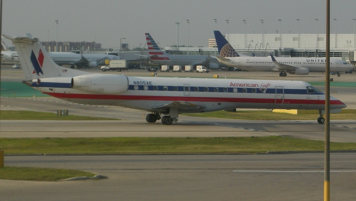 American Eagle Airlines Embraer ERJ-140 LR N805AE Taxiing to Runaway Photos
