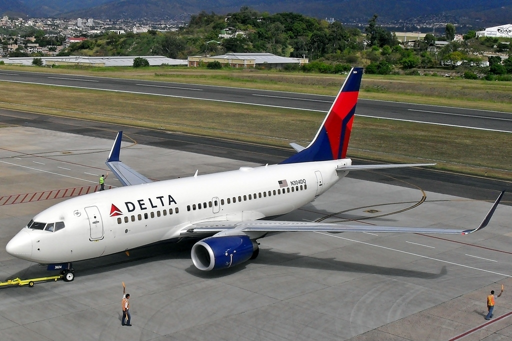 Boeing 737-732 N304DQ Delta Air Lines pushed back by super tug at Tegucigalpa Toncontin Int'l - MHTG, Honduras