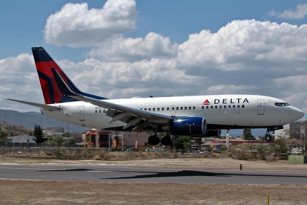 Boeing 737-732 N307DQ Delta Air Lines landing at Tegucigalpa Toncontin Int'l - MHTG, Honduras