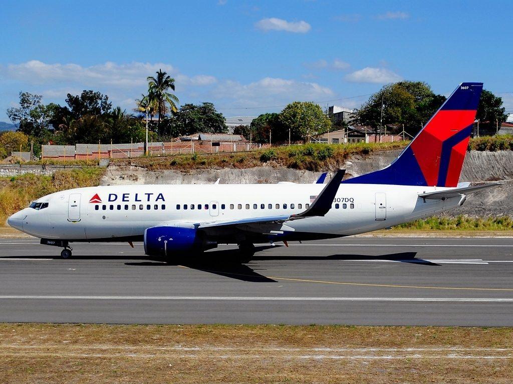 Boeing 737-732 N307DQ Delta Air Lines taxiing at Tegucigalpa Toncontin Int'l - MHTG, Honduras