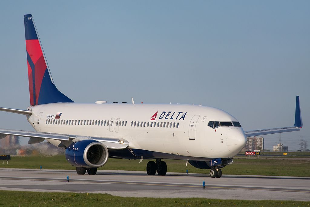 Boeing 737-800 N3753 Delta Air Lines Lining up for Runway 6L at Toronto Pearson International Airport‎