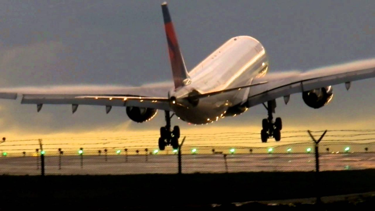 Delta AIrlines Airbus A330-223 [N853NW] Landing @ LAX in Rain