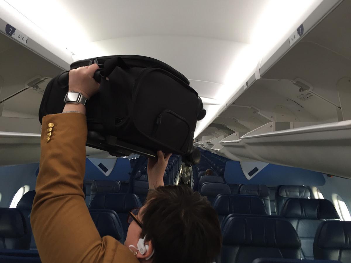Delta Air Lines Airbus A320-200 Overhead Bins Photos