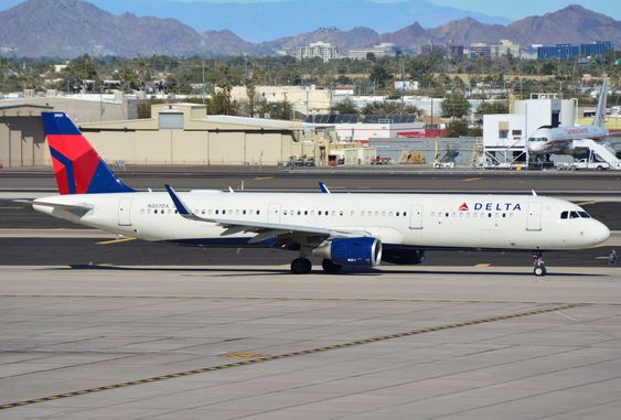 Delta Air Lines Airbus A321-200 N307DX taxing for departure from Phoenix Sky Harbor (KPHX)