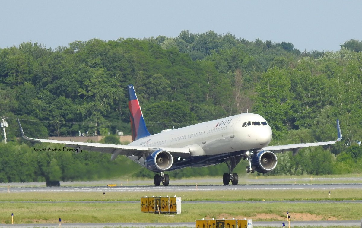 Delta Air Lines Airbus A321-200 N324DX Landing at Syracuse Hancock International Airport from Minneapolis–Saint Paul International Airport
