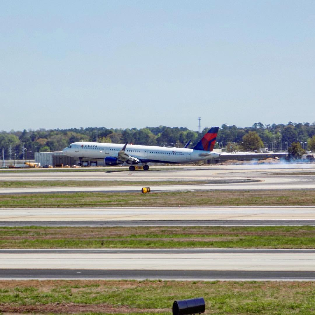 Delta Air Lines Airbus A321 N312DN touches down in Atlanta from San Diego