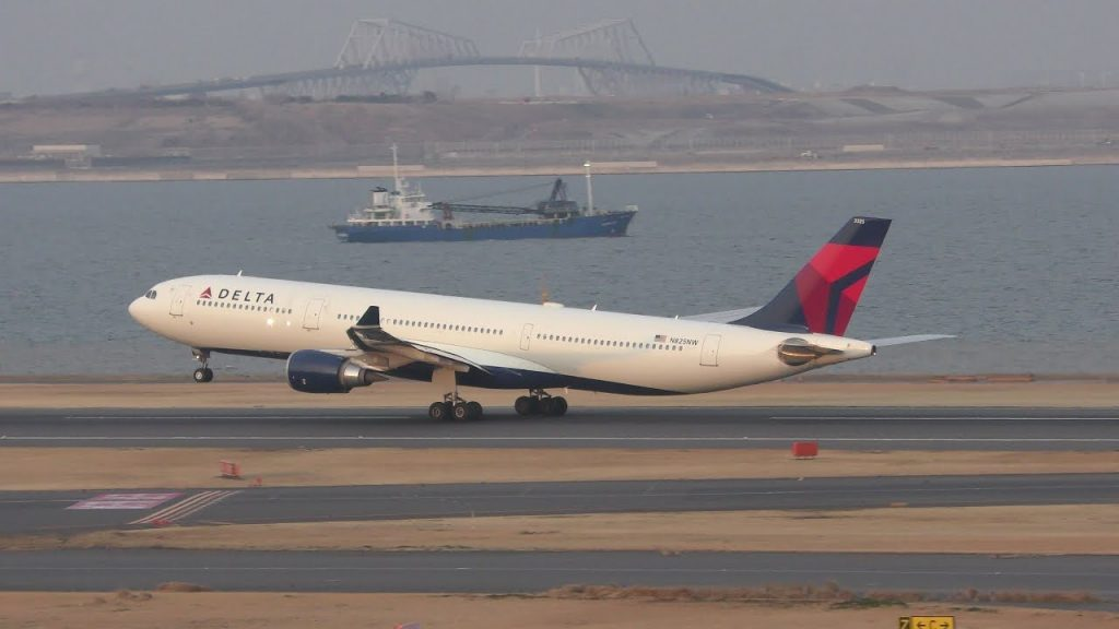Delta Air Lines Airbus A330-300 N825NW takeoff at Haneda Airport rwy34R