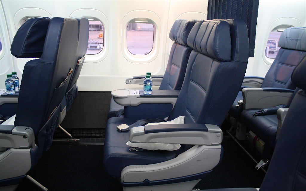 Delta Air Lines Boeing 717-200 First Class Seats row 2-2 layout Photos
