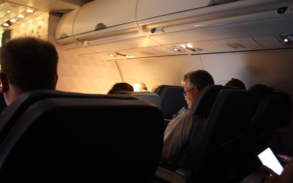 Delta Air Lines Boeing 717-200 inflight cabin lightning