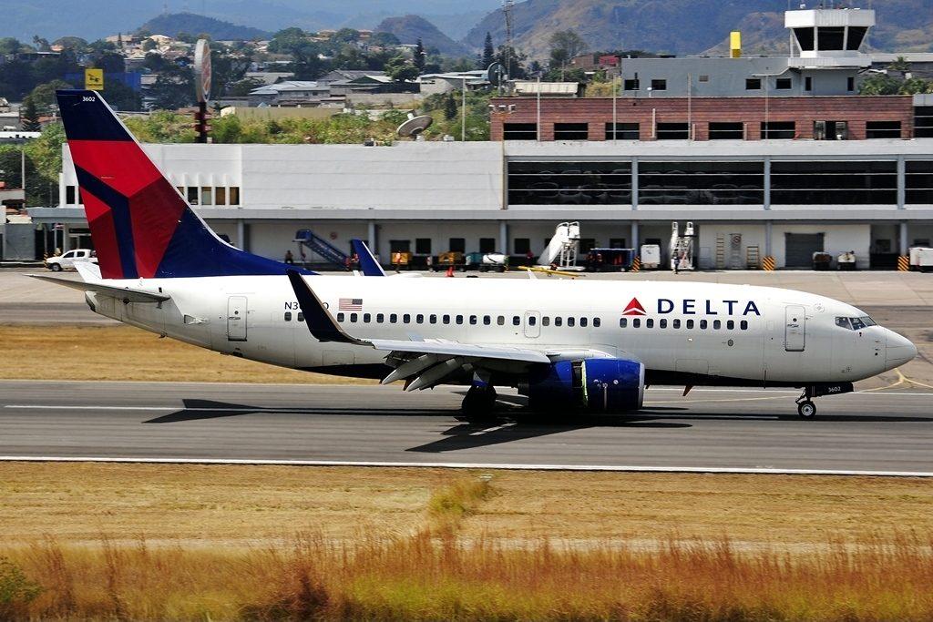 Delta Air Lines Boeing 737-732 N302DQ cn:serial number- 29648:2683 Reverse Thrust Engine landing at Tegucigalpa Toncontin Int'l - MHTG, Honduras