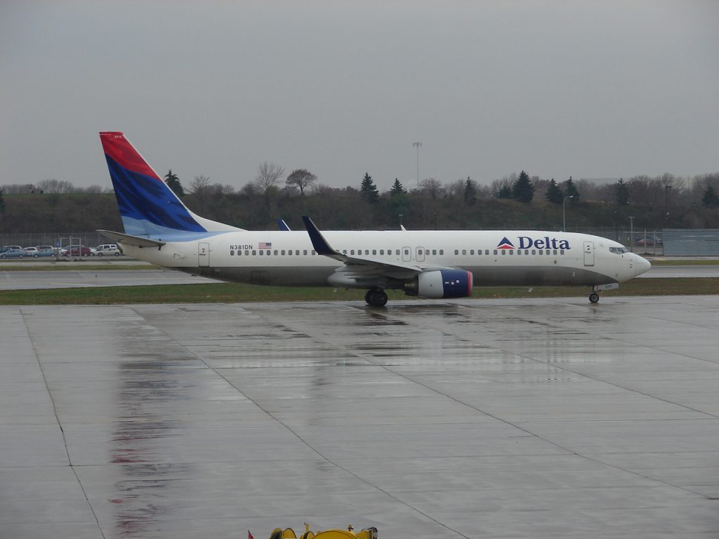 Delta Air Lines Boeing 737-800 N381DN Taxing to the Delta gates after arriving on Runway 12R at the Minneapolis:St. Paul Airport