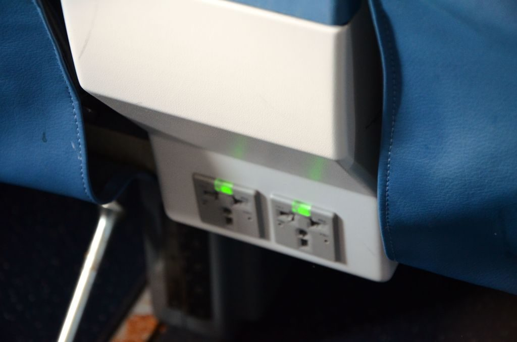Delta Air Lines Boeing 737-900ER First Class Cabin Power and USB ports Photos