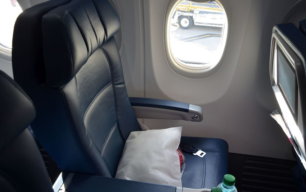Delta Air Lines Boeing 737-900ER First Class Cabin Recliner Seats Photos