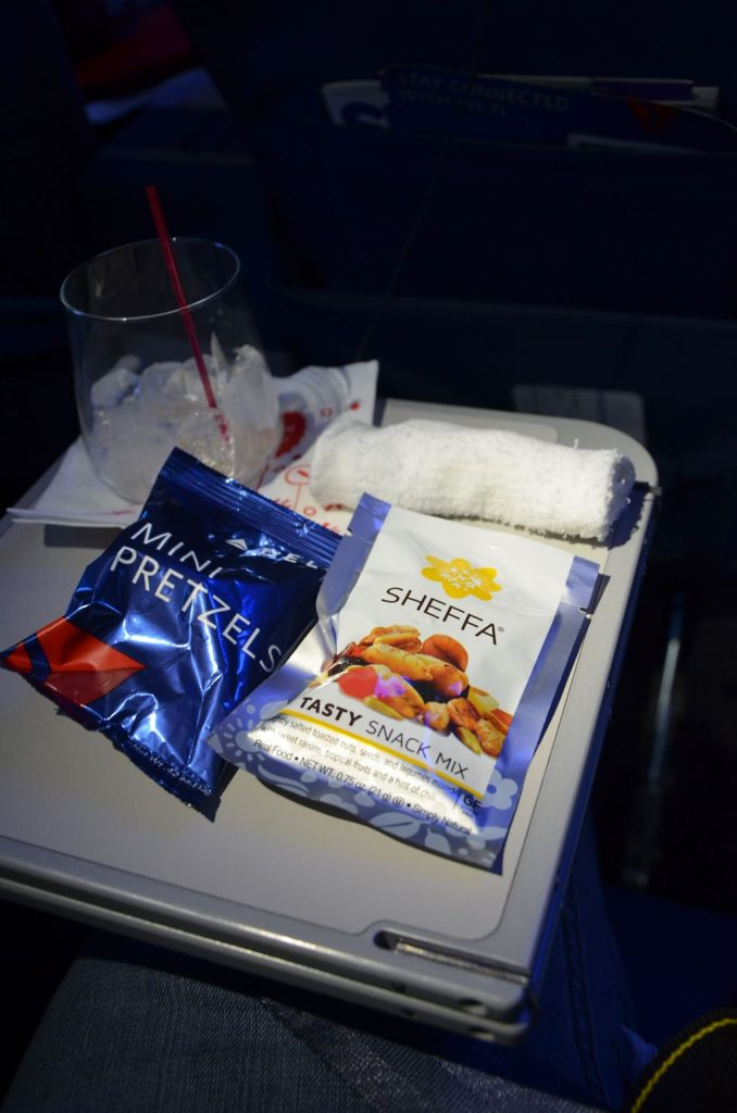Delta Air Lines Boeing 737-900ER First Class Cabin inflight snack and drink service Photos