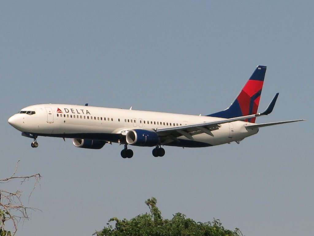 Delta Air Lines Boeing 737-932ER N812DN arrives at LaGuardia Airport, having completed Flight 2586 from Atlanta This is moments before touchdown