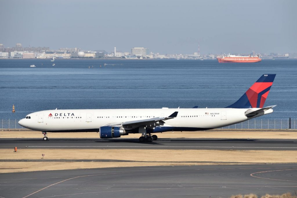 Delta Air Lines [DL:DAL] Airbus A330-302 (A330-300) N823NW Los Angeles (LAX) → Tokyo (HND) Flight No.DL7 Reverse thrust brake in operation on runway C