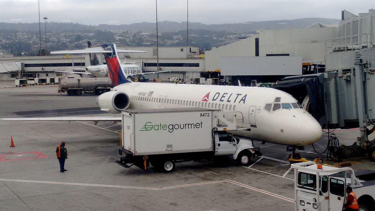 Delta Air Lines Fleet Boeing 717-200 N975AT at SFO San Francisco International Airport