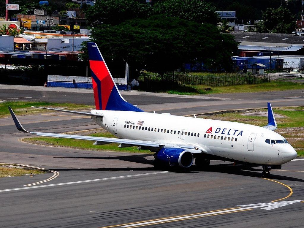Delta Air Lines Fleet Boeing 737-732 N306DQ taxiing runway at Tegucigalpa Toncontin Int'l - MHTG, Honduras