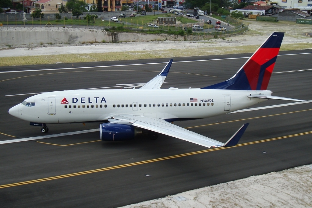 Delta Air Lines Fleet Boeing 737-732 N308DE final turn into runway at Tegucigalpa Toncontin Int'l - MHTG, Honduras