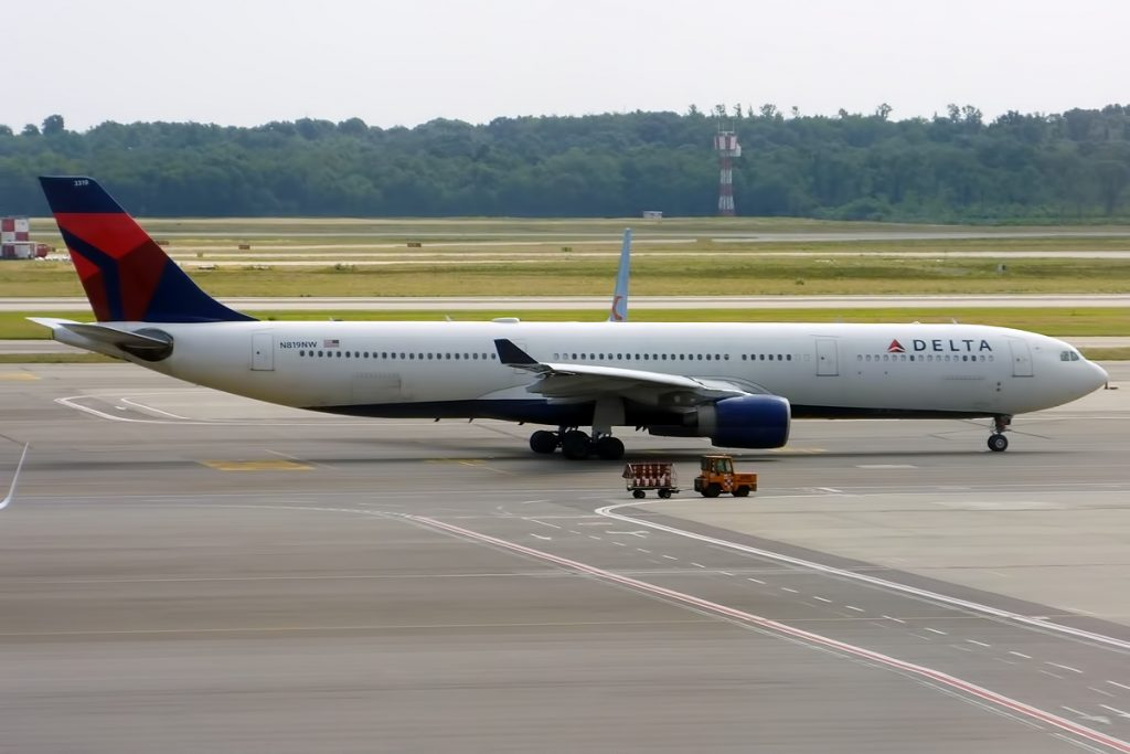 Delta Air Lines, N819NW, Airbus A330-323 Ready to Take off photos