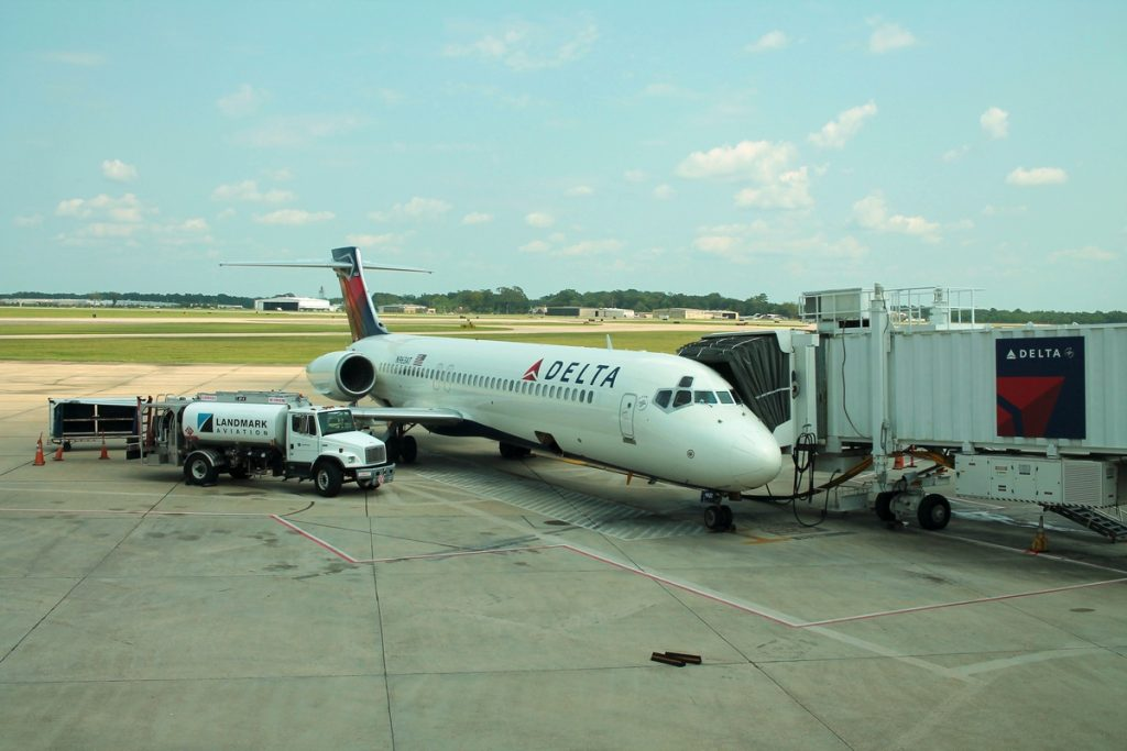 Delta Air Lines N963AT- Boeing 717-200 passenger boarding at Baton Rouge Metropolitan Airport (BTR)