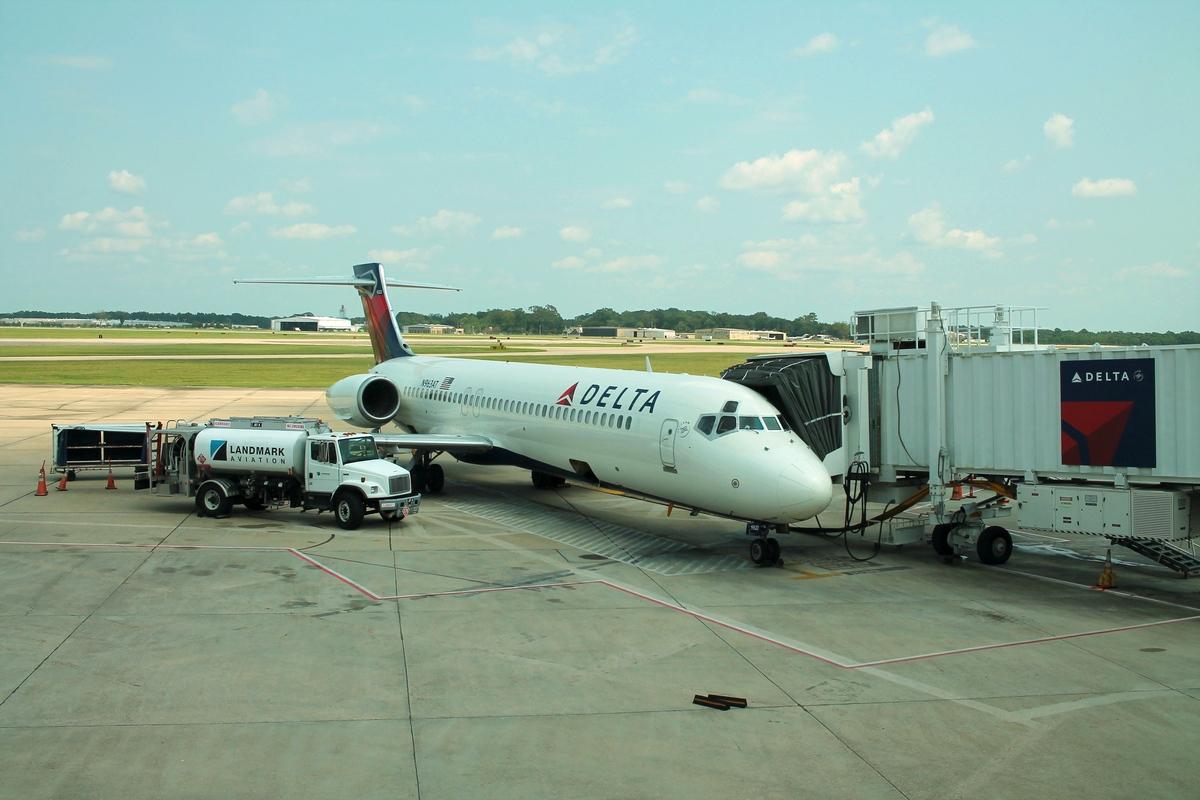 Delta Air Lines N963AT- Boeing 717-200 passenger boarding at Baton Rouge Metropolitan Airport (BTR)