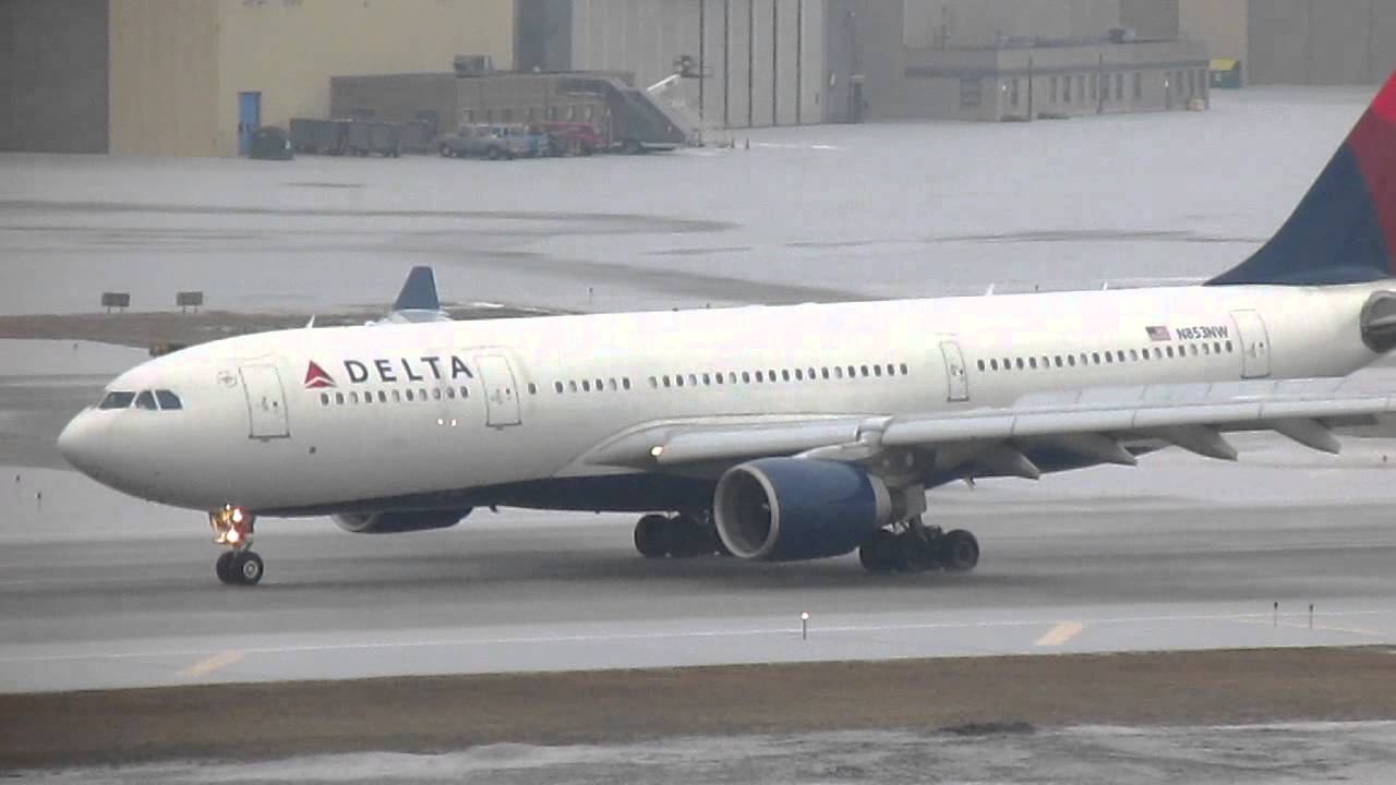 Delta Airlines A330-223 [N853NW] Lands in some Snow at Minneapolis