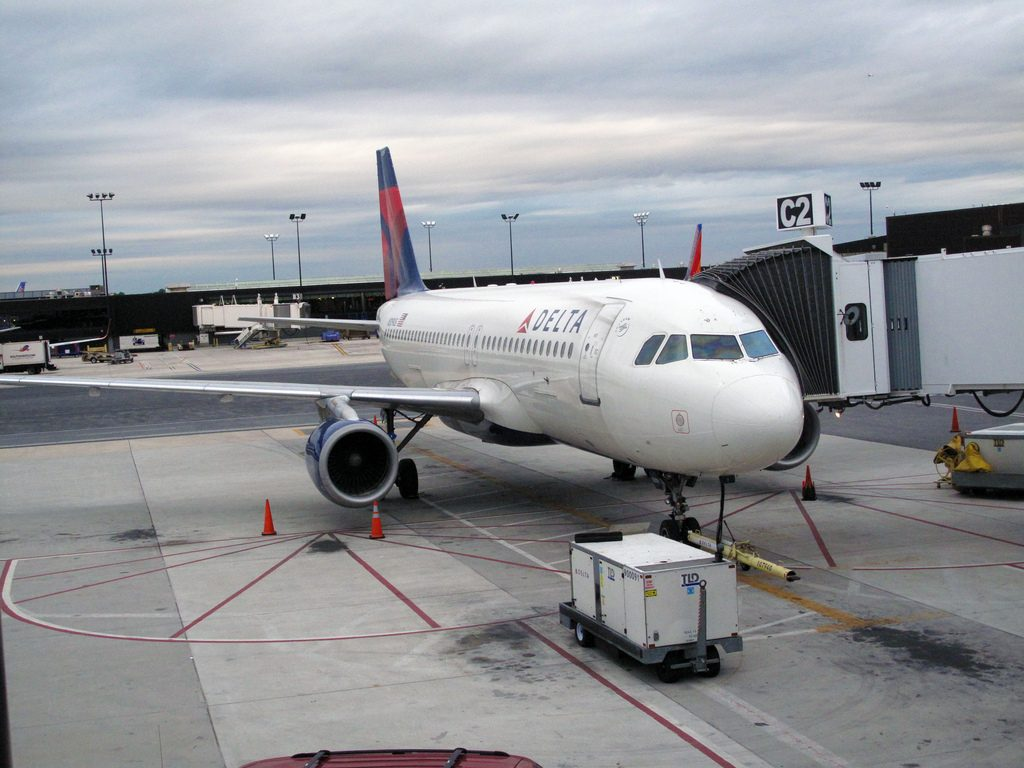Delta Airlines Airbus A320-211 N309US Passenger Boarding on Gate Photos