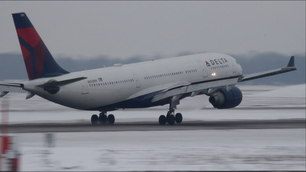 Delta Airlines Airbus A330-200 Landing, Detroit | N852NW