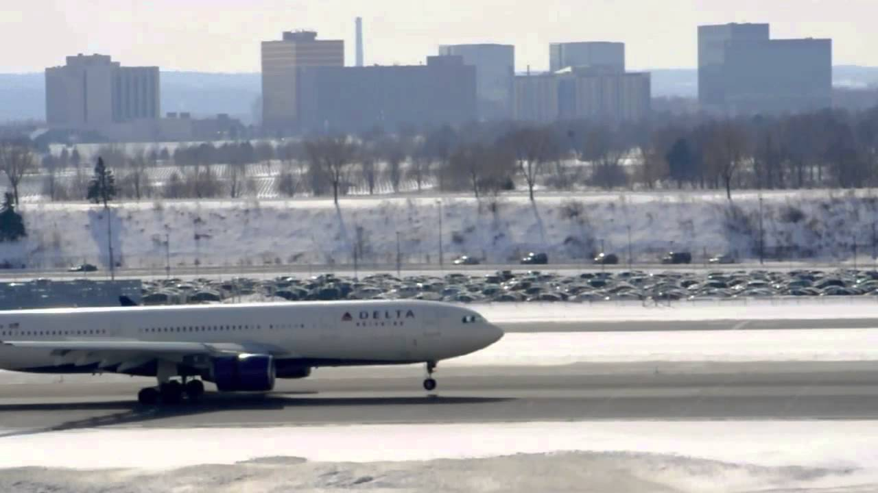 Delta Airlines Airbus A330-223 (N854NW) Landing RWY 30L Minneapolis St. Paul International Airport