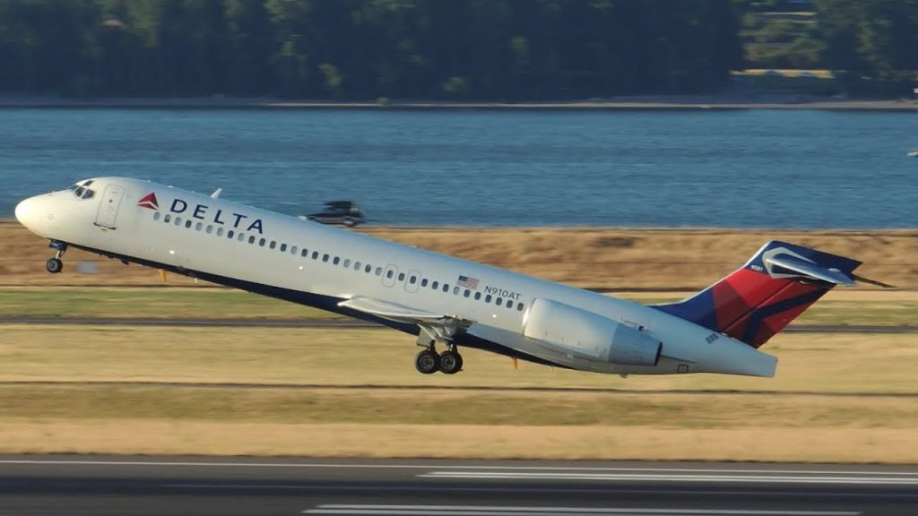 Delta Airlines Boeing 717-200 [N910AT] takeoff from PDX Portland International Airport
