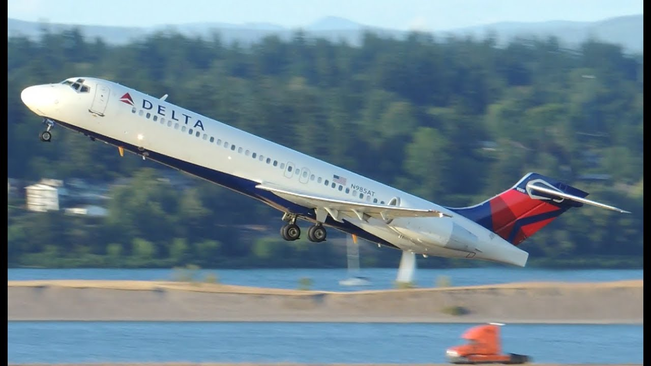 Delta Airlines Boeing 717-200 N985AT vertical climbing aftar takeoff from PDX Portland International Airport